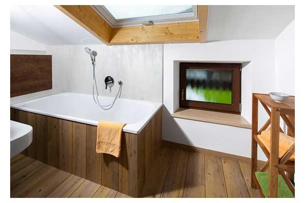 Badezimmer mit Wanne im Ferienhaus Hasensprung